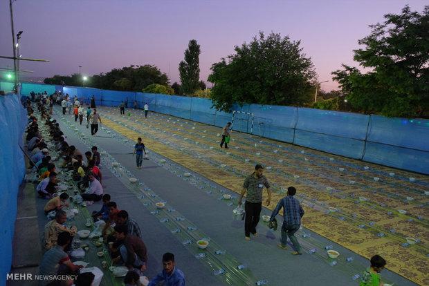 Mukaddes Meşhed kentinde manevi iftar ziyafeti
