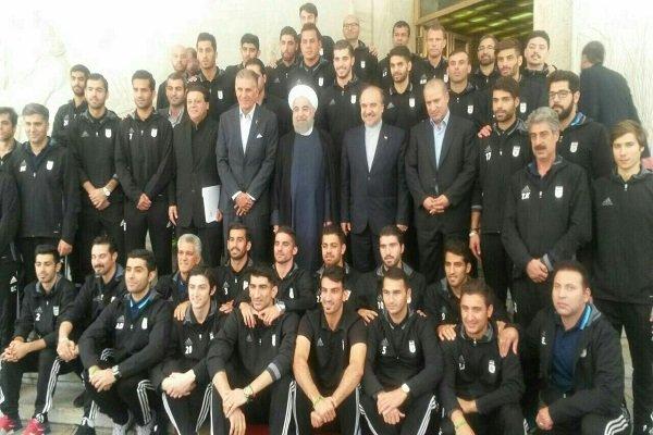 اعضاء المنتخب الوطني الايراني لكرة القدم يلتقون الرئيس روحاني