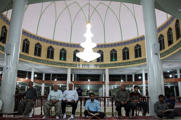 مراسم احياء ليلة القدر بجامع قبا في مدينة سنندج الايرانية