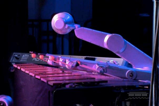 این روبات آهنگ می سازد