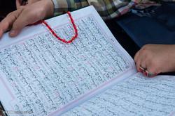 قاریان شیعه و سنی در کنار هم به تلاوت قرآن میپردازند