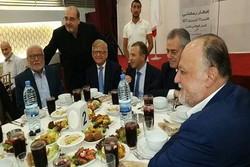 صورة تجمع والد سماحة السيد نصرالله مع مسؤولين وسفراء في إفطار رمضاني