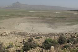 فروچاله های دریاچه ارژن بیشتر شد/ مشاهده ترک در زمین های اطراف