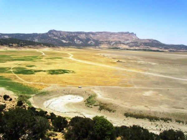 فروچاله ها آب دریاچه ارژن را می دزدند/ گسلی که چاله ایجاد کرد