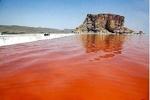 دریاچه ارومیه دوباره قرمزشد/ رنگ قرمز دریاچه برای شناگران مضرنیست