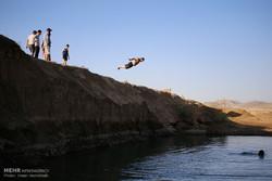 البرك المائية والسدود ملاذ الشباب في الصيف