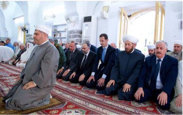 الرئيس السوري يؤدي صلاة العيد في مدينة حماة