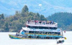 غرق مركب على متنه 150 سائحا في كولومبيا