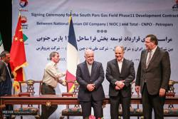 """ايران وقعت اتفاقا بقيمة نحو خمسة مليارات دولار مع شركة """"توتال"""" الفرنسية/صور"""