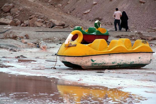 ثاني أكبر بحيرة مالحة في العالم تصبح حمراء