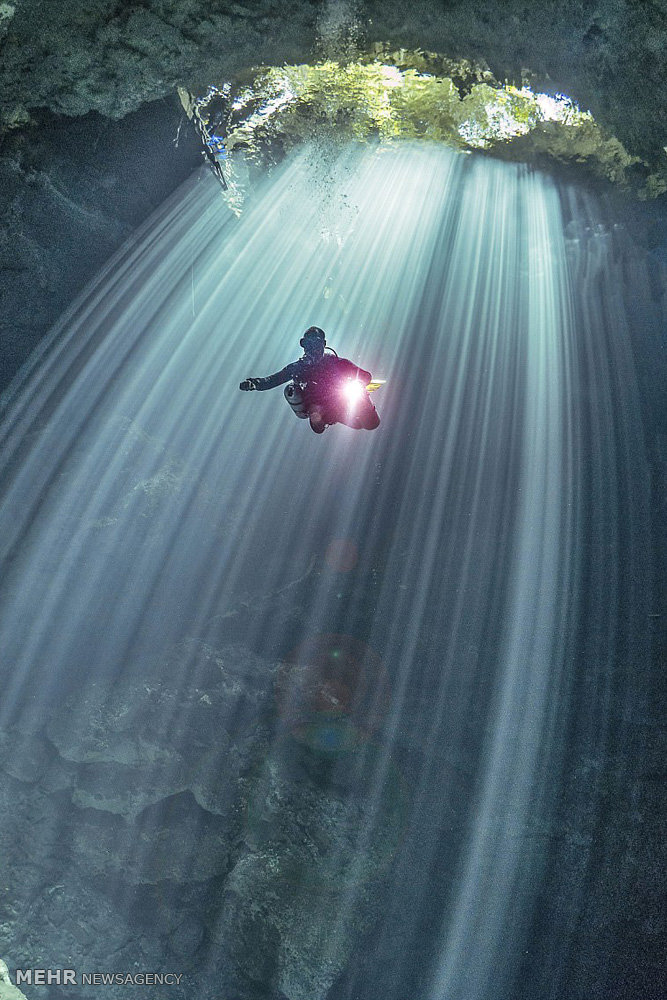 ستون هایی از نور در زیر آب