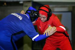 الاتحاد الدولي للمصارعة يسمح لإيران بتنظيم مسابقات نسائية بالحجاب