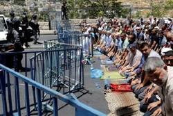 عشرات الفلسطينين يصلون في شوارع القدس احتجاجاً على الاجراءات الاسرائيلية