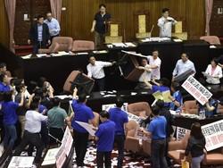 تائیوان میں پارلیمانی اراکین کے درمیان لاتوں ، گھونسوں اور کرسیوں کا آزادانہ استعمال