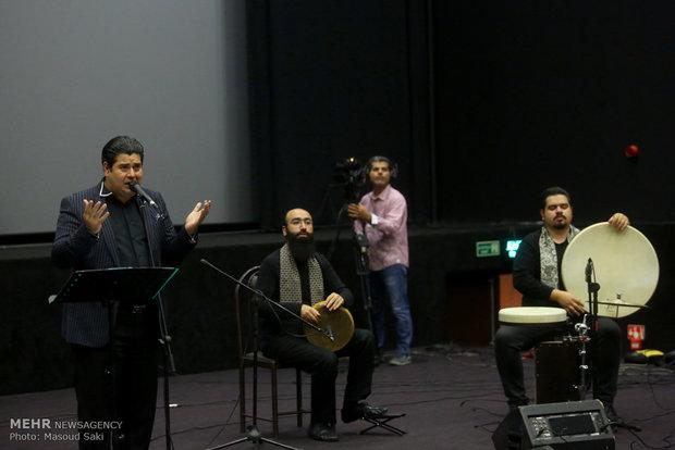 اجرای زنده موسیقی توسط سالار عقیلی در مراسم اکران خصوصی فیلم سینمایی ساعت 5 عصر