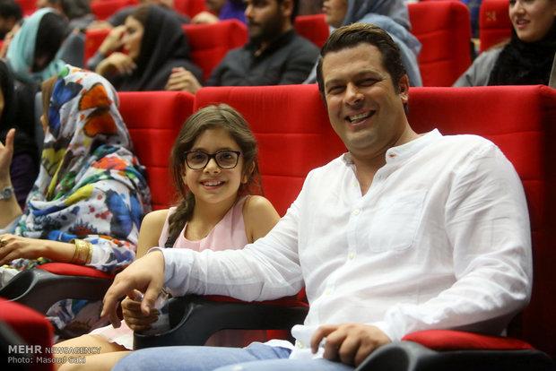حضور پژمان بازغی، بازیگر به همراه دخترش نفس بازغی در مراسم اکران خصوصی فیلم سینمایی ساعت 5 عصر