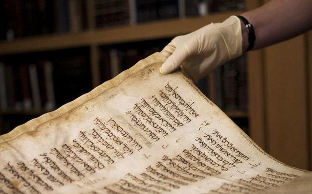 السلطات التونسية تصادر مخطوطة نادرة للتوراة ومسبحة للقذافي