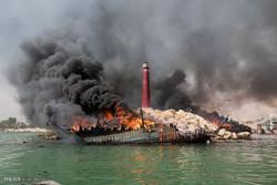 آتشسوزی لنجها در بندر عامری تنگستان/ حریق مهار شد