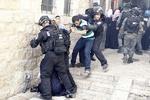 Siyonist askerin namaz kılan bir Filistinliye tekme attığı an