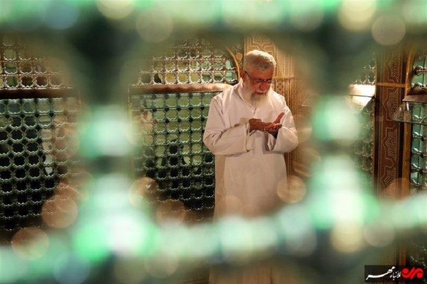 قائد الثورة الاسلامية يصلي عند مضجع الإمام الرضا (ع) في  مراسيم إزالة الغبار عنه