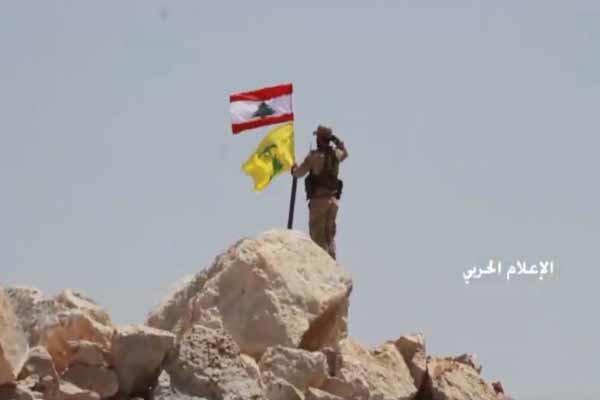 لحظه اهتزاز پرچم لبنان و حزب الله در ارتفاعات عرسال