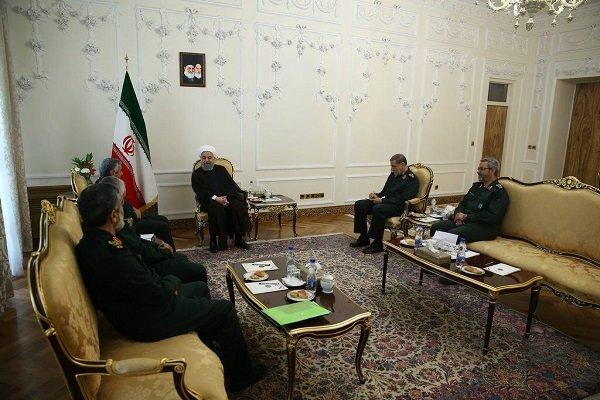 الرئيس الإيراني يستقبل مجموعة من قادة حرس الثورة الإسلامي