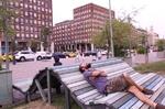این نیمکت خیابانی موبایل را شارژ می کند