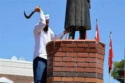 Atatürk büstüne böyle saldırdı