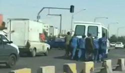 سجناء إيرانيون يتصرفون بإنسانية في موقف طريف