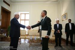 Zarif meets S. African, Serbian officials