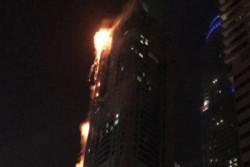اخماد حريق شب ببرج سكني ضخم في دبي
