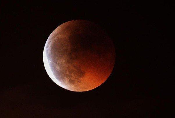 سماء إيران تشهد ظاهرة خسوف القمر