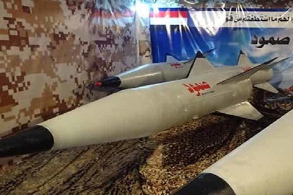 Yemenli güçler Suudilere ait bir askeri üssü füzeyle vurdu