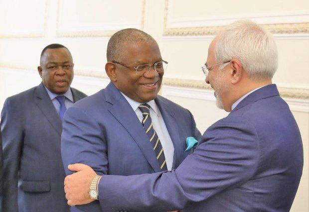 ظريف ونظيره الأنغولي يؤكدان على تعزيز العلاقات المشتركة بين البلدين