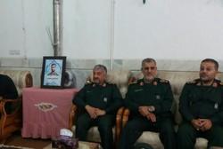 """قائد الحرس الثوري يلتقي عائلة الشهيد """"محسن حججي"""""""