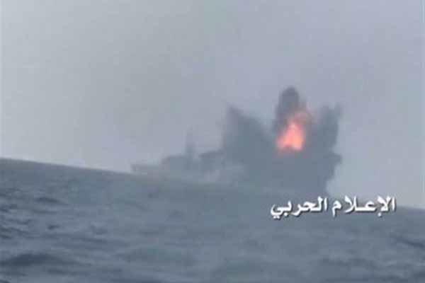 Suudi savaş gemisinin Yemenliler tarafından vurulduğu an