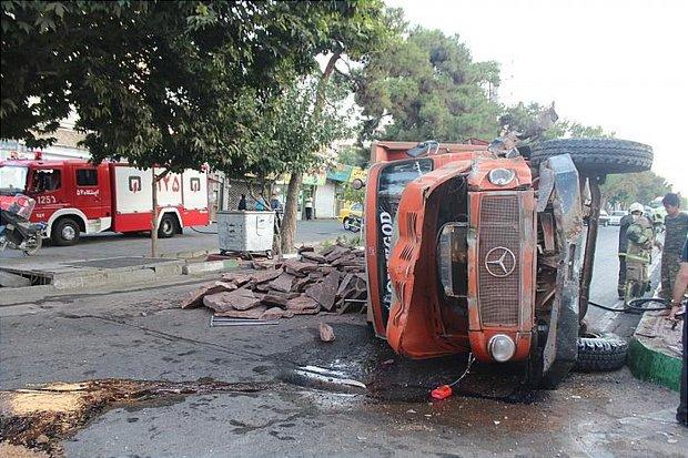 واژگونی  کامیون حامل سنگ / راننده و کمک راننده  مصدوم شدند