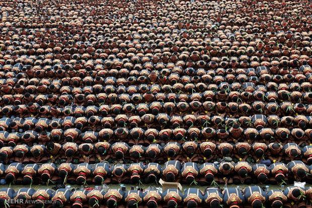 عشرة آلاف رجلايؤدون الرقصة الشعبية بشكل منسق في أندونيسيا