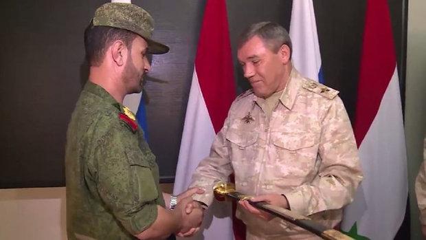 هيئة الأركان الروسية تکرّم قائد عمليات الجيش السوري