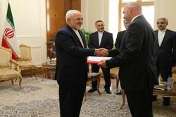 ظريف يتسلم نسخة من أوراق  اعتماد سفراء عدة دول في إيران ويودع آخرين