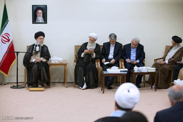 دیدار جمعی از مسئولان و فعالان فرهنگی از استانهای یزد و همدان با رهبر انقلاب