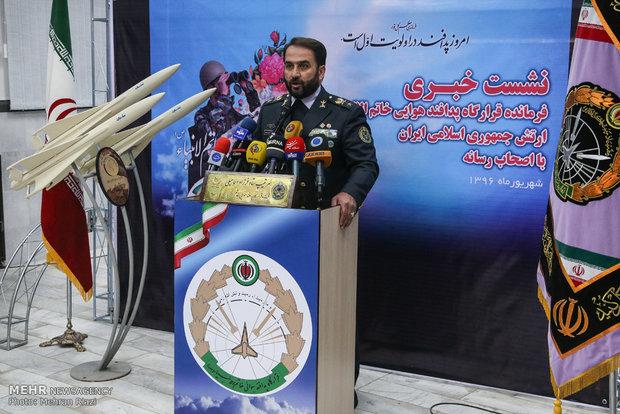 قائد مقرّ خاتم الأنبياء يتحدث مع الصحفيين في اليوم الوطني للدفاع الجوي الإيراني