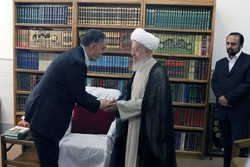 Minister of Culture and Islamic Guidance Seyyed Abbas Salehi (L) shakes hands with Ayatollah Nasser Makarem Shirazi at his office in Qom on August 31, 2017. (Farhang.govt.ir)