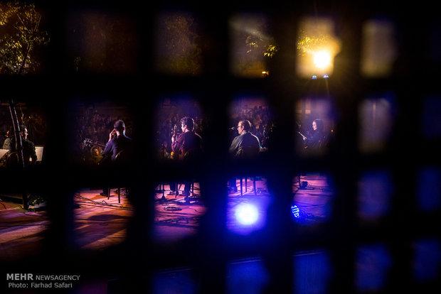 Alireza Ghorbani stages concert in Qazvin