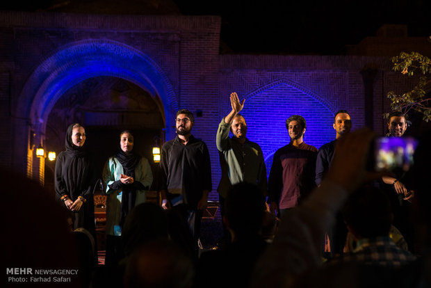 Alireza Ghorbani stages concert in Qazvin