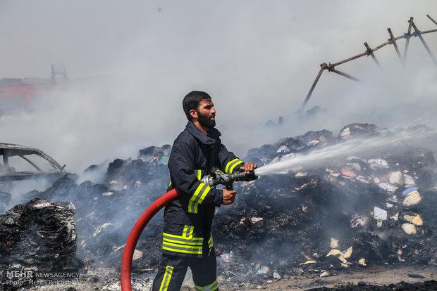 آتش سوزی مرکز غیرمجاز ضایعات و کاغذ در قم
