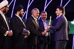 قاری برتر سال 96 کشور تندیس خود را به خانواده شهید حججی اهدا کرد