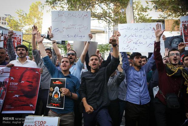 تجمع دانشجویی در اعتراض به وضعیت میانمار