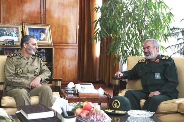 قائد القوة البحرية للحرس الثوري الإيراني يلتقي بالقائد العام للجيش الإيراني