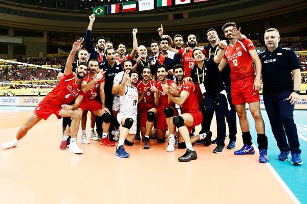 توزيع ميداليات كأس ابطال العالم لكرة الطائرة على أعضاء المنتخب الإيراني